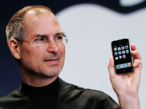 Steve-Jobs-introducing-iPhone