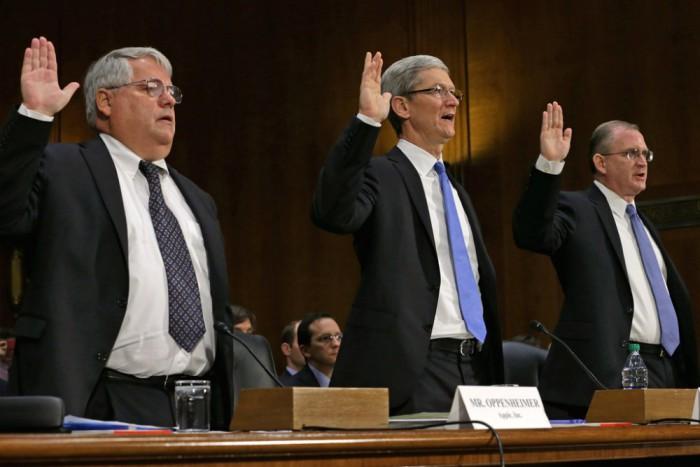 A képen Tim Cook és a korábbi pénzügyi igazgató, Peter Oppenheimer