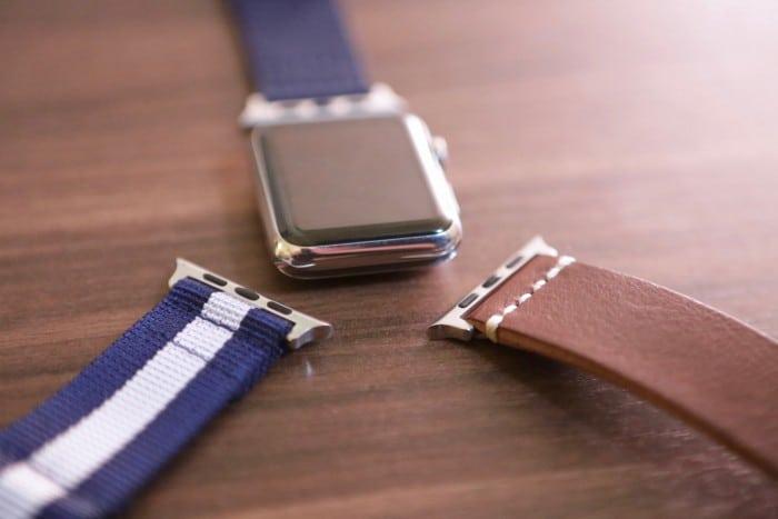 Kép: A szíjaknak az órához csatlakozó végei, amelyek egy kicsit eltérnek az oldalsó kerekítésükben az Apple saját szíjainak csatlakozóitól.
