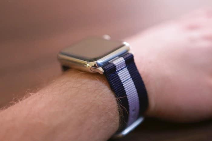 Kép: Apple Watch a kék-fehér-kék csíkos szíjjal felvéve a csuklónkra.