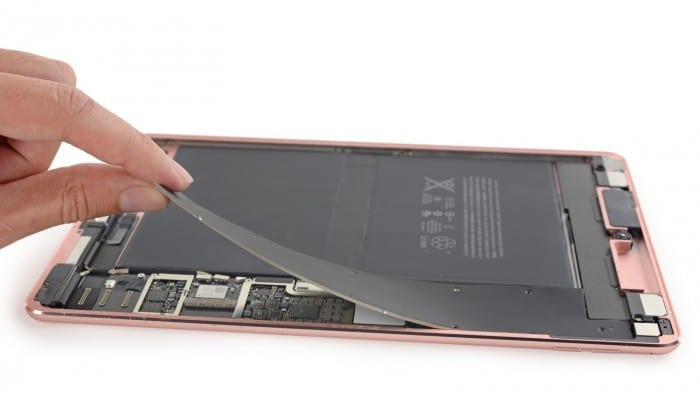 Borítókép: Egy rozéarany színű, 9,7 hüvelykes iPad Pro belseje.