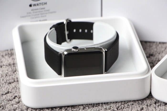 Borítókép: Rozsdamentes acél Apple Watch a dobozában, fekete, klasszikus bőr szíjjal.