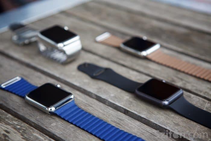 Kép: Több Apple Watch kék és barna Leather Loop, valamint rozsdamentes acél Link Bracelet, és fekete sport szíjakkal.