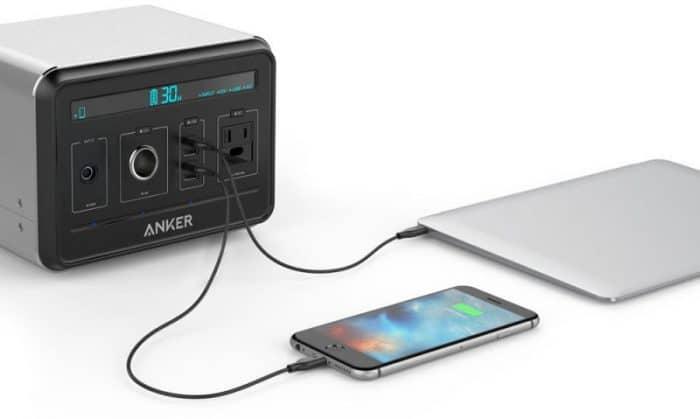 """Kép: Egy iPhone 6s és egy 12""""-es MacBook töltődik épp az Anker PowerHouse-ról."""