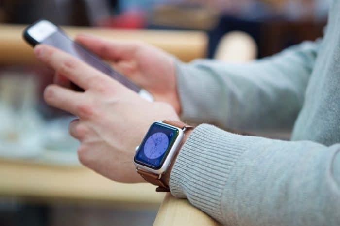 Kép: Apple Watch Sport modell világosbarna bőr szíjjal.