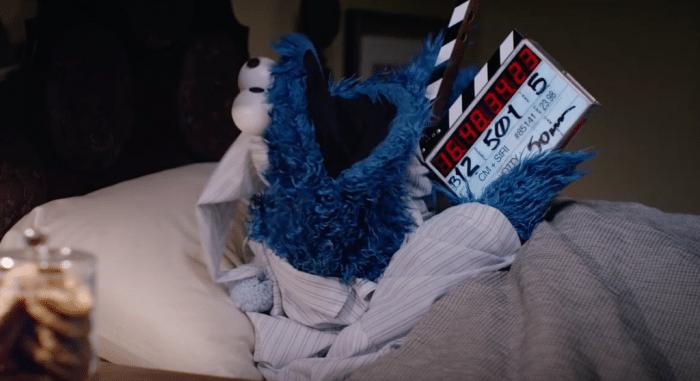 A Süti szörny épp az ágyában fekszik és várja a forgatást.