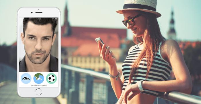 Kép: Félszeg mosolyú, huszonéves srác a kép baloldalán egy képernyőfotón – mutatva, hogy mit lát az iPhone-ján a kép jobb oldalán álló, szintén huszonéves lány, aki mosolyogva könyököl a háta mögötti korlátra, szalmakalapban, napszemüvegben, és vízszintesen fekete-fehér csíkos topban.