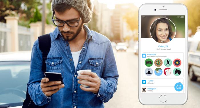 Kép: A kép bal oldalán egy huszonéves, szemüveges, hipszter srác szürke, kötött sapkában, kék farmer ingben, jobb vállán egy táska pántjával, egyik kezében a telefonja, másikban egy kis kávé – a kép jobb oldalán pedig a képernyőfotó arról, hogy hogyan néz ki a 24 évesnek írt Vivien profil oldala az appon belül.