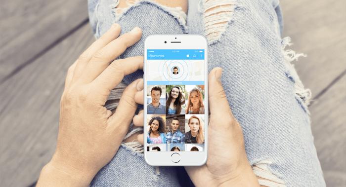 Kép: Szakadt farmerben ül a kép szereplője, akinek csak térdig látszik a lába, és az ölében tartott iPhone-on épp a közelben található felhasználókat mutatja az app.
