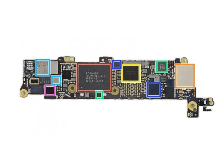 Kép: az iPhone SE alaplapja látható rajta középen a Toshiba 16GB-os memória chippel, mely hatalmas területet foglal el az alaplapon.