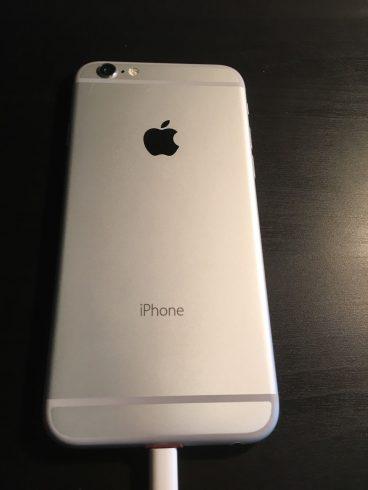 Kép: Az iPhone 6 prototípus hátoldala, összesen csak az iPhone felirattal és az alma logóval, sorozatszám és egyéb feliratok nélkül.
