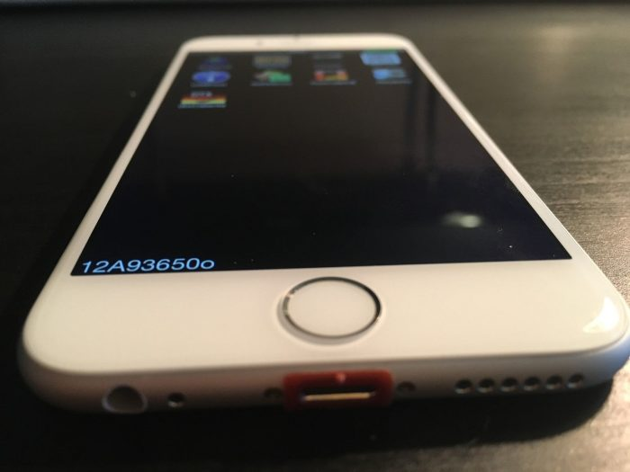 Kép: Az iPhone 6 prototípus alsó része a piros dock-csatlakozóval.