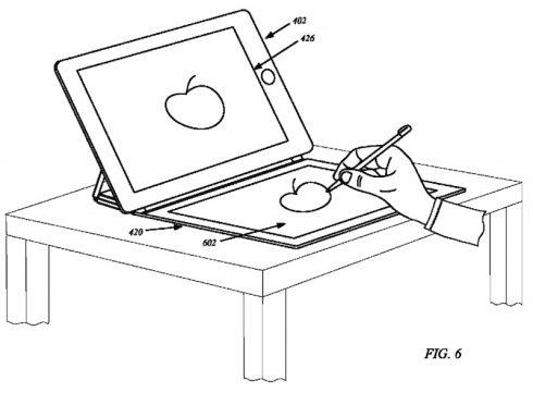 """Kép: iPad az asztalon, előtte egy épp """"rajztáblaként"""" használt felülettel."""