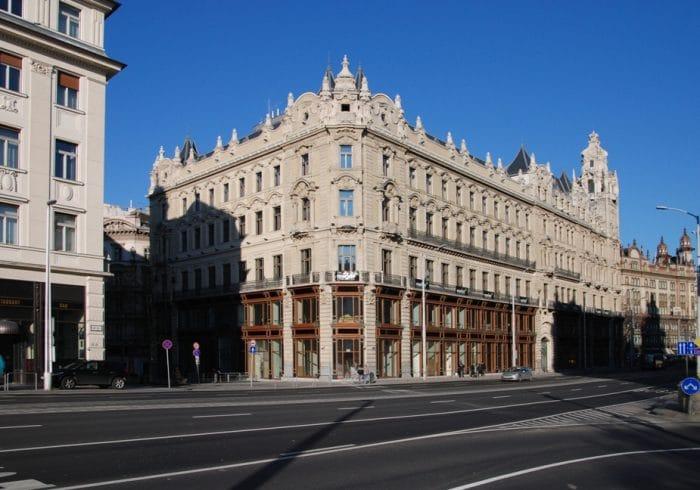 Borítókép: A budapesti Klotild-palota nappal.