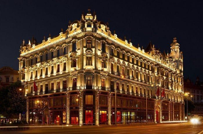 Fotó: A budapesti Klotild-palota éjszakai kivilágításban.