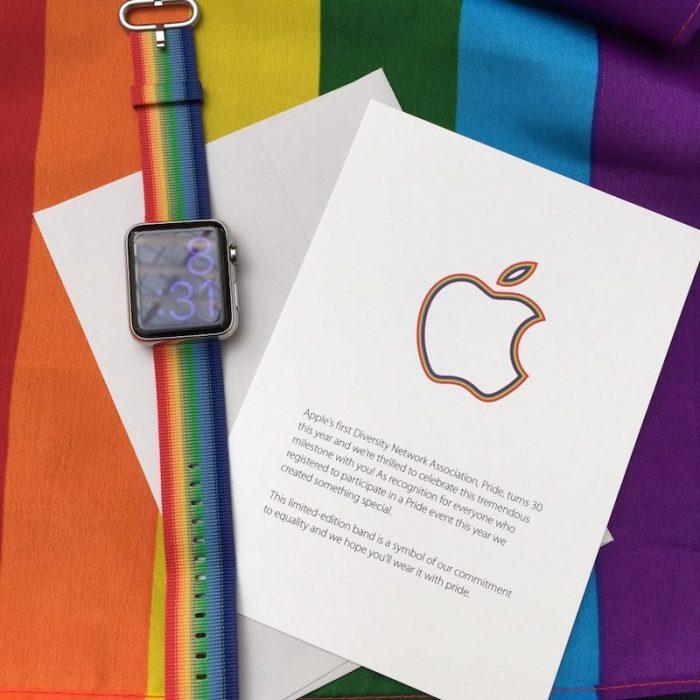 Kép: A különleges szivárványszín-csíkos Apple Watch szíj és a mellé kapott kísérő kártya, ahol az Apple logó körvonala is szivárvány-csíkos.