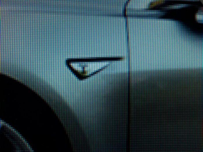egy szürke autó részlete egy monitoron