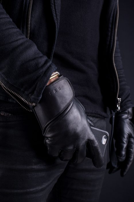 leather-touchscreen-gloves-lifestyle-002