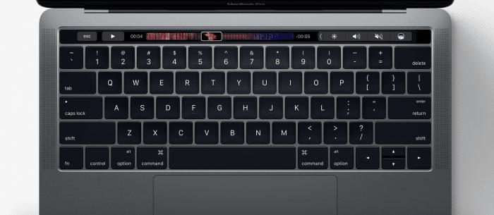 Az új MacBook Pro az új Touch Bar kijelzőcsíkkal.