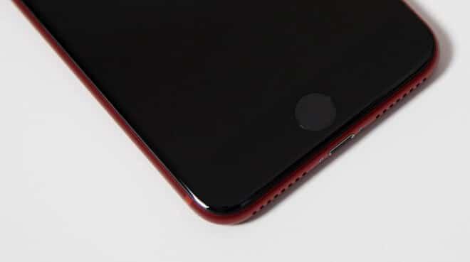 Piros iPhone 7 fekete előlappal