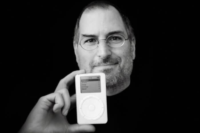 Steve Jobs kezében az első iPoddal.