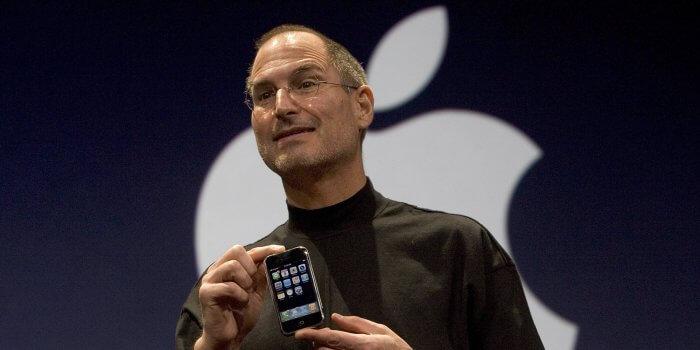 Steve Jobs, kezében az első iPhone-nal