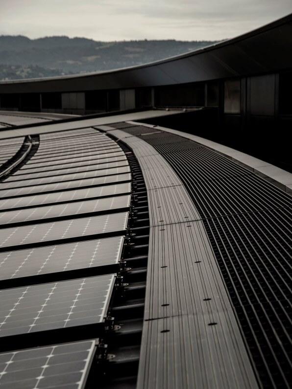 Hatalmas szellőzőnyílások az Apple Park tetején. A vállalat arra számít, hogy a létesítmény nem igényel majd fűtést vagy légkondicionálást az év kilenc hónapjában.
