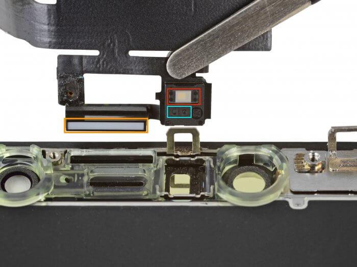 Az iPhone X előlapi érzékelőmodulja: környezeti fényérzékelő, infravörös fényvető, közelségérzékelő.