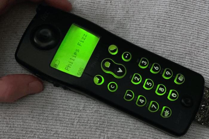 Philips Fizz bekapcsolva, SIM-kártya nélkül – csak segélyhívásra van lehetőségünk, a menü sem érhető el