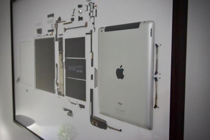 A bekeretezett, fehér iPad 2 közelebbről, jobb oldalról fotózva.