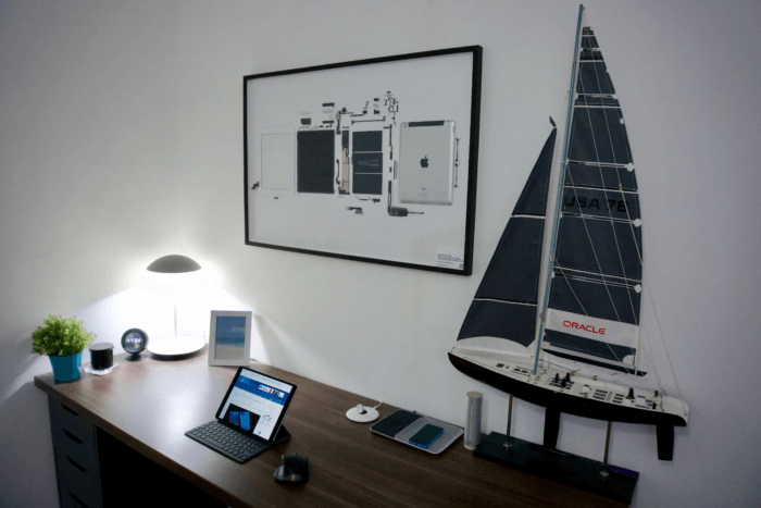 Egy fehér iPad 2 képkeretben, íróasztal fölött a falon.