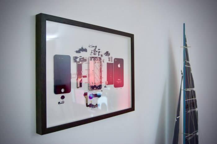 A bekeretezett, fekete iPhone 4 közelebbről, bal oldalról fotózva.