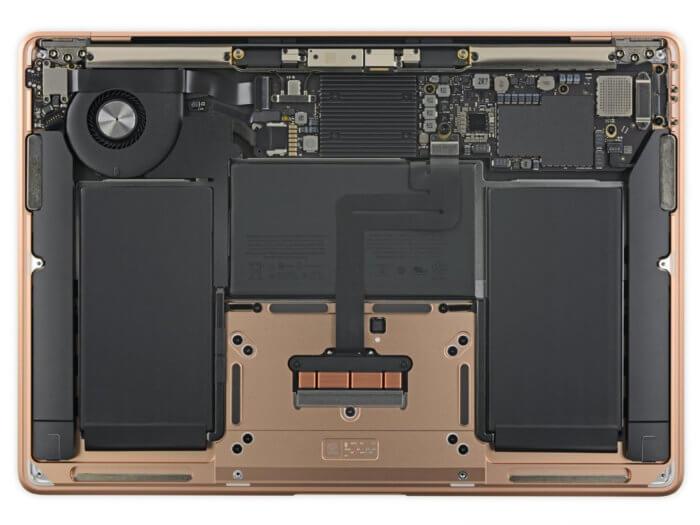 A MacBook Air 2018 belseje a hátlap levétele után
