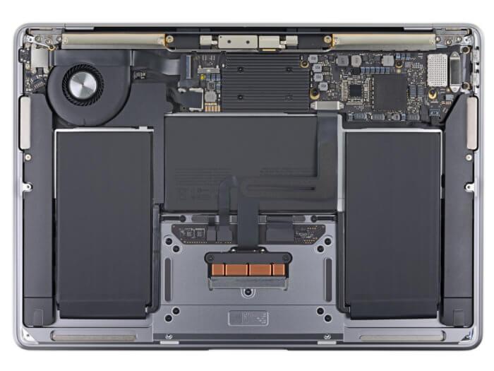 A MacBook Air 2020 belseje a hátlap levétele után