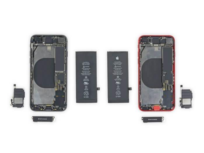 Balról az iPhone 8, jobbról az iPhone SE 2020, és köztük az akkumulátoraik